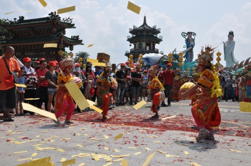 lotus pond, lotus lake, kaohsiung, taiwan, south, formosa, temple, templo, religious, chi ming tang